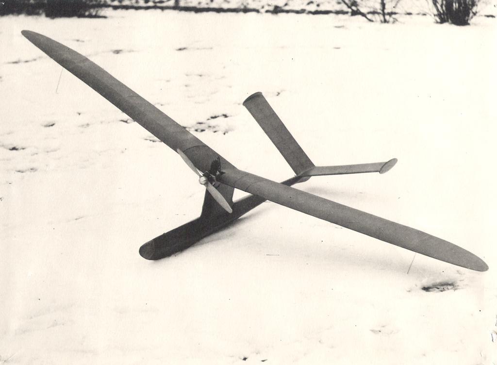 1944 - Větroň Zdeňka Husičky s pomocným motorkem. Rozpětí 2500 mm, motor Kratmo F-10-B