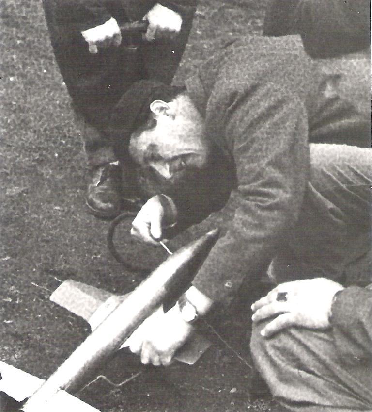 1954 - Zdeněk Husička přiïhlíží přípravě modelu J. Sladkého