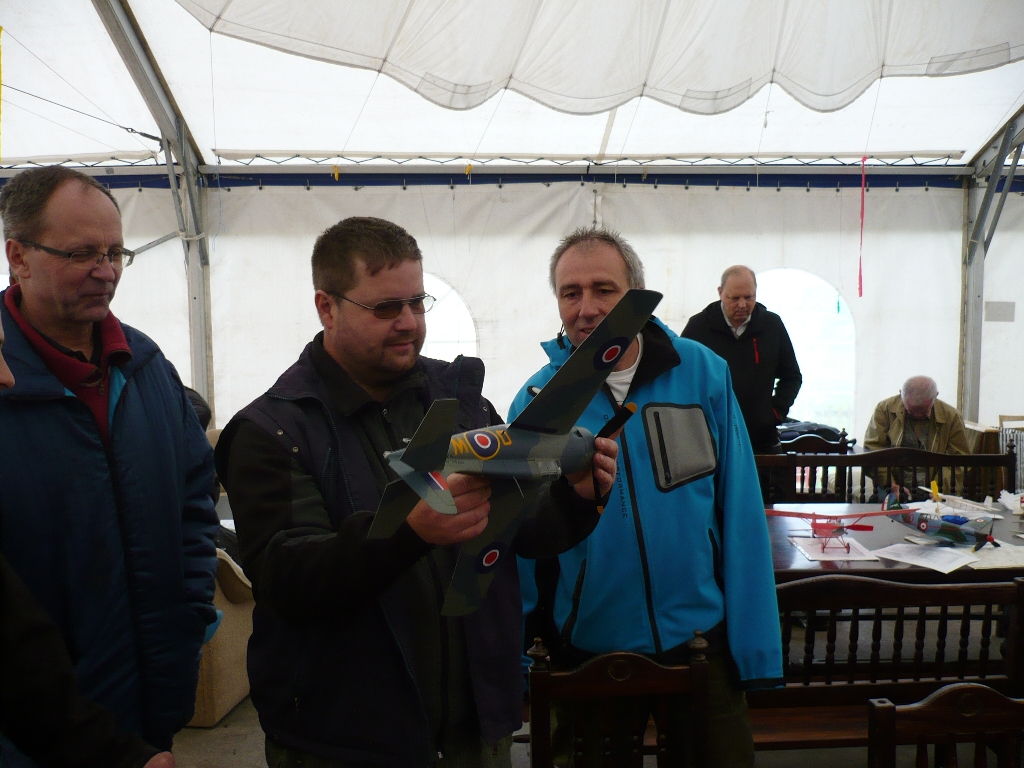Vlastík Šimek s Petrem Mikuláškem obdivují hodinářskou práci Antonína Alferyho - funkční zatahovací podvozek